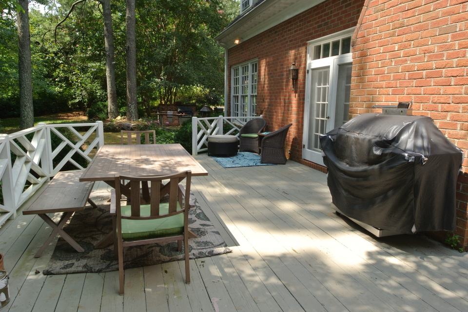 Deck with table and grill - Entertaining Space