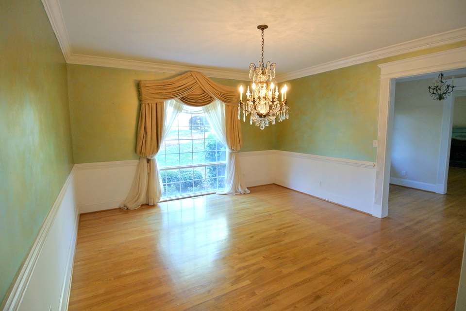 Spacious room, great lighting and chandelier